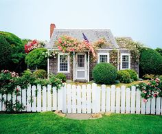English style cottage with a white picket fence Nantucket Decor, Nantucket Cottage, Cute Cottage, Beach Cottage Style, Nantucket Beach, Nantucket Island, Coastal Cottage, Cottage Chic, Nantucket Style Homes