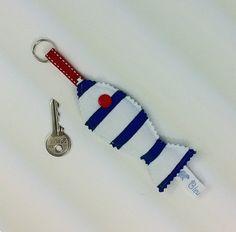 PORTE CLES POISSON Tissu marinière rayée bleu et blanc en tissu marinière