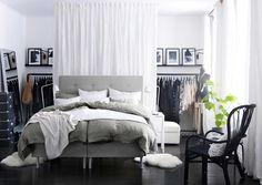 IKEA Österreich, Inspiration, Schlafzimmer, grau, Kopfteil BEKKESTUA, Schaffell LUDDE, Spiegel HOVET, Ablagetisch NORDLI, Récamiere KIVIK, Sessel STORSELE