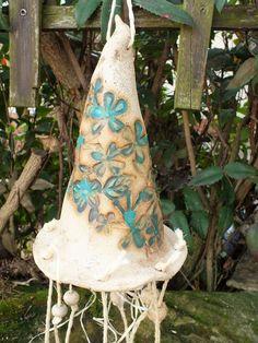Hier können Sie ein wunderschönes, verspieltes Windspiel aus meiner Keramikwerkstatt kaufen. Am Hexenhut sind 8 Stränge mit Anhängern, die im Wind leicht aneinander klingen können.  Eine...