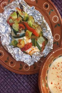 Fish in foil with vegetables is a low-calorie food and a very easy recipe is a great option when you are in a hurry. Tilapia Recipes, Seafood Recipes, Mexican Food Recipes, Ethnic Recipes, Low Calorie Recipes, Healthy Recipes, Stove Top Recipes, English Food, Easy Meals