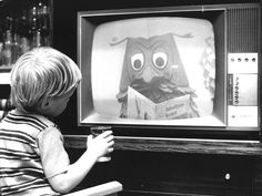 Little boy watching tv in the early If you're a Dutchy, you'll recognize Mr Owl from the Fabeltjeskrant. Holland, Timeless Series, Nostalgic Pictures, Community Tv, Good Old Times, Vintage Tv, Sweet Memories, The Good Old Days, Childhood Memories
