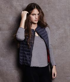 CHAMONIX REVERSIBLE VEST WOMAN MIDNIGHT NAVY - Reversible ultra-light down vest made of recycled fishing nets. You can wear it in navy or change to orange. Water resistant and breathable with a very soft feel.