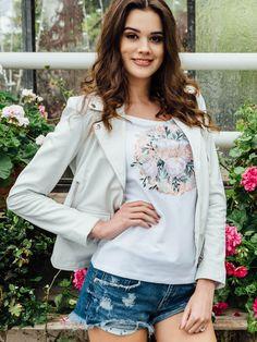 """Du bist die Braut und das kannst du jetzt mit unserem STELLEENA-Braut-T-Shirt auch mitteilen. Das weiße Rundhals-T-Shirt mit dem floralen """"Braut""""-Print ist goldrichtig für dein Casual-Braut- Outfit. Passend für den Junggesellinnenabschied, den Polterabend, das Getting Ready oder die Flitterwochen.                                    Foto: Tuba Eren, Model: Sara M. (c/o Talents Models München), H&M: Suzan Wusa, Styling: Jennifer Mathauser, Location: Alte Gärtnerei Taufkirchen Casual Braut, Location, Models, Long Sleeve, Sleeves, Tops, Women, Fashion, Matching Outfits"""