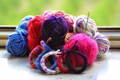 Bracciali di lana lavorati con la tecnica del tricotin. Wool bracelets made with the technique of French knitting