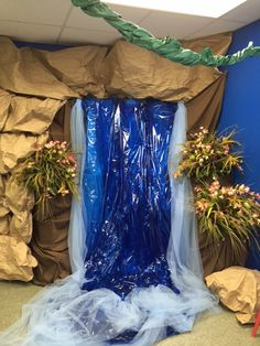 Waterfall in a classroom - Learning Fair Idea Rainforest Classroom, Rainforest Project, Jungle Theme Classroom, Rainforest Theme, Preschool Classroom, Future Classroom, Classroom Themes, Classroom Activities, Kindergarten