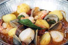 Cataplana, a romantic Portuguese soup for two Portuguese Soup, Fish Soup, Potato Recipes, Potato Salad, Seafood, Cooking Recipes, Favorite Recipes, Ethnic Recipes, Romantic