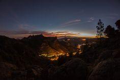 Noche en La Caldera de Tejeda Gran Canaria - La gran Caldera de Tejeda, ante mi se extiende el resultado de 14 millones de años de evolución. A esta hora la luz del sol resalta la silueta de todas y cada una de las montañas y valles del oeste de Gran Canaria. Me siento pequeño al contemplar este paisaje inmenso, casi infinito. La tranquilidad que me genera esta visión contrasta con la violencia que lo ha producido: enormes erupciones volcánicas, un gran hundimiento y una erosión agresiva…