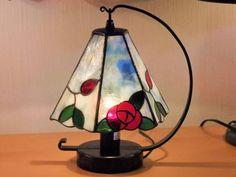 ステンドグラスの薔薇の6面体ランプのデザインパターンです。 A面とB面を3面ずつ制作して交互に組み立てます。 2枚目と3枚目の写真は完成例の参考写真です。(B面の葉の部分が少し違います) プリントと型紙用のケント紙が付いています。 ※その他の物は付属しません。 出来上がりサイズ 高さ約17cm 用紙サイズ &...