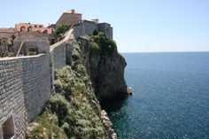 Vanhankaupungin jyrkät muurit. City walls of the old town #Dubrovnik.