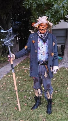 The essence of Halloween is the scary Halloween costumes ideas. We share a collection of horror, creepy and bloody characters, guts & zombies costumes here. Costume Halloween, Scarecrow Costume Women, Halloween Scarecrow, Halloween Diy, Scarecrow Ideas, Halloween Makeup, Scary Couples Costumes, Tutu Costumes, Fantasias Halloween