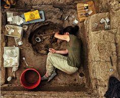 """""""Çatalhöyük kazısında arkeolog Ashley Lingle, cenin şeklinde bir çocuk gömüsünü çıkartmaya çalışıyor."""" #magma8"""