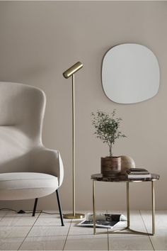 Striking contemporary brass floor lamp and cherry marble coffee table in a minimalist living room. Living Room Decor, Living Spaces, Design Simples, Hm Home, Home Decoracion, Brass Floor Lamp, Metal Floor, Interior Modern, Japanese Interior