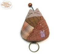 Cat key chain (Arte com Quiane) Costura Diy, Cat Key, Sewing Room Decor, Cat Quilt, Key Covers, Sewing Baskets, Cat Crafts, Small Quilts, Key Fobs