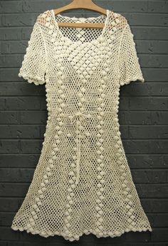 O crochê na forma de belos vestidos..  Uns mais curtos outros mais longuinhos..ficará a sua escolha qual irá modelar!
