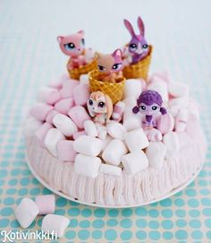 Täydellinen kakku lastenjuhliin. Koristele kakku huolellisesti pestyillä leluilla. / Time to party Petshop fans. Decorate children´s party cake with toys which have first been washed carefully. #kidsparty #birthdaycake #childrensparty