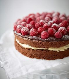 We've teamed up with Doves Farm to bring you this gluten-free chocolate cake recipe made with potato flour and topped with a rich chocolate icing and raspberries. Gluten Free Chocolate Cake, Flourless Chocolate Cakes, Chocolate Icing, Chocolate Cream, Raspberry Recipes, Raspberry Cake, Raspberry Pavlova, Raspberry Meringue, Raspberry Crumble