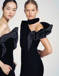EDITORIAL: Fei Fei Sun & Anna Ewers in Vogue China September 2017 by Collier Schorr — Seeing Double — Photography: Collier Schorr, Model: Anna Ewers & Fei Fei Sun, Styling: Daniela Paudice, Hair: Esther Langham, Make-Up: Dick Page, Manicure: Alicia Torello.