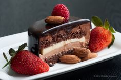 Chocolate banana mousse cake Chocolate Sponge Cake, Chocolate Mousse Cake, Chocolate Mouse, Chocolate Heaven, Chocolate Chocolate, Chocolate Recipes, Just Desserts, Delicious Desserts, Yummy Food