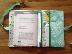 Dıy (do it yourself) - Do It Yourself : le protège carnet de santé ! Sewing For Kids, Baby Sewing, Diy For Kids, Baby Couture, Couture Sewing, Sewing Crafts, Sewing Projects, Diy Bebe, Trendy Baby Clothes