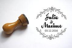 Tampon mariage personnalisé, personnalisation d'enveloppe courrier, faire-part, noms et date, motif couronne de fleurs, réalisé sur mesure.