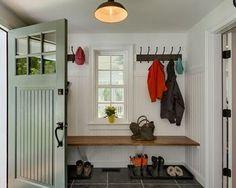 ドアをモスグリーンに。ドアをペイントするだけで家の印象がガラッと変わります。