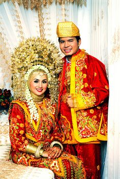 Minang Bride- traditional wedding costumes from West Sumatera Traditional Wedding Attire, Traditional Dresses, Traditional Weddings, Beautiful Bride, Beautiful People, Beautiful Images, Costume Ethnique, Indonesian Wedding, Wedding Costumes