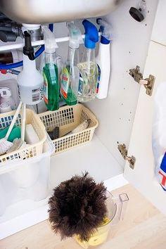 Una barra bajo el fregadero:  Con una barra bajo el fregadero puedes colgar todos los sprays de limpieza, y así tendrás más sitio para el resto de productos :D