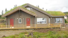 Et tidsriktig valg av hyttebeis Shed, Outdoor Structures, Cabin, House Styles, Home Decor, Beige, Nature, Decoration Home, Room Decor