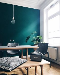my scandinavian home: Teal Steals the Show in This Hamburg Apartment Appartement Dark Green Living Room, Dark Green Walls, Dark Living Rooms, Home And Living, Green Dining Room, Dining Room Colors, Teal Walls, Dark Walls, City Living
