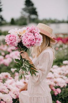 Love this pic from Amber Fillerup / Barefoot Blonde Beautiful inspiration around peonies, spring flowers !