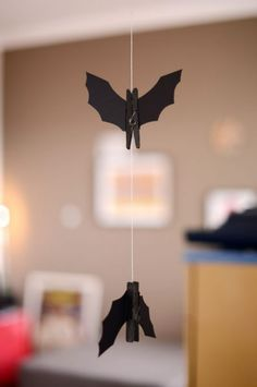 Love this DIY hanging bat ornament as Halloween decor. Batman Halloween, Batman Party, Halloween Door, Holidays Halloween, Paper Halloween, Batman Birthday, Halloween 2018, Halloween Stuff, Halloween Bat Decorations