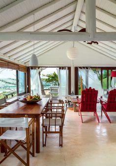 Na magnífica paisagem da Praia do Espelho, sul da Bahia, a casinha festeja a beleza das coisas simples.