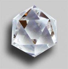 Propriétés de l'icosaèdre en télépathie  Propriétés de l'icosaèdre en télépathie L'icosaèdre en cristal de roche est le plus complexe des solides de Platon, symbole de l'eau, le cristal d'icosaèdre est associé au 2e chakra, le chakra sacré, centre des émotions.   Forme pure à vingt facettes en forme de triangle é... https://www.pierresmagiques.com/cristal-de-roche/icosaedre-telepathi.html