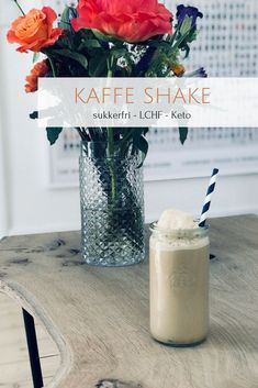 Kaffe shake - dejlig opskrift på iskold kaffeshake uden sukker og kulhydrater - low carb, LCHF og Keto Lchf, Keto, Milkshake, Cold Drinks, Glass Of Milk, Smoothies, Low Carb, Snacks, Vegan