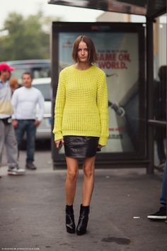 Source: Stockholm Street Style Source: All the pretty birds Source: Stockholm Street Style Source: Stockholm Stre. Printemps Street Style, Spring Street Style, Black Pleated Skirt, Black Leather Skirts, Yellow Leather, Winter Chic, Girl Fashion, Womens Fashion, Style Fashion