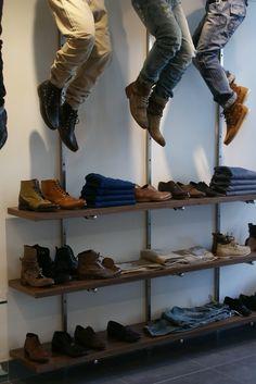 Lineales de una tienda de ropa, evitando el de la altura de los ojos utilizando esa zona tres maniquís de expositor