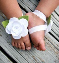 Детские босые сандалии с цветами из фетра.