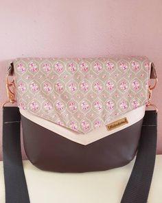 Ich bin mir nicht ganz sicher, aber ich glaube das war meine erste Vara-Handtasche. Ich fand, und finde sie immer noch, dass ich sie einfach behalten habe. Das kommt tatsächlich seltener vor, als man denken könnte. Mittlerweile nähe ich eher selten für mich und probiere lieber viele verschiedene Kombinationen für den Shop aus. :) Sunglasses Case, Fashion, Pink, Faith, Simple, Artificial Leather, Sewing Patterns, Handbags, Get Tan