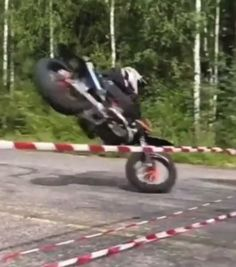 Master biker. wow Funny Images, Funny Pictures, Real Ninja, Moped Scooter, How High Are You, Funny Video Memes, Stunts, Funny People, Pretty Cool