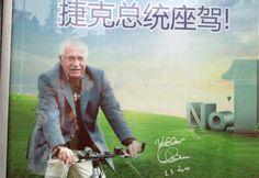 Václav Klaus se v Číně objevil na reklamním plakátu výrobce jízdních kol.