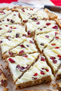 Cranberry Bliss Bars Recipe : Copycat Starbucks cranberry bliss bars with soft and moist cranberry and white chocolate chip blondies topped with crew cheese frosting, white chocolate drizzle and cranberries! Cranberry Bliss Bars Starbucks, Cranberry Bars, Cranberry Recipes, Cranberry Bread, Chocolate Cream Cheese Frosting, Chocolate Drizzle, White Chocolate, Christmas Desserts, Christmas Baking