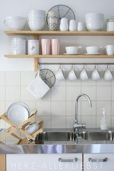 Aprovechar el espacio en la cocina con estanterías y barras | Blanco y de madera