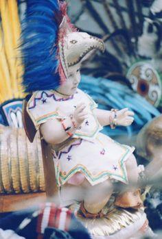 Niño dios con atuendo azteca