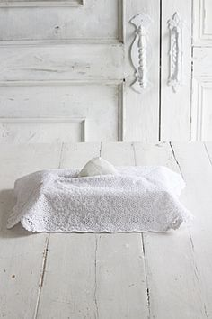 powder~French Style~真っ白で清潔感のあるコットンレースがふんわりかかったような  ティッシュケースカバー。とてもしっかりしたレースです。  いかにも、ティッシュ感のない、ナチュラルな雰囲気。  白は汚れたら、漂白すればまたきれいな白に戻るので便利です。  インテリアの中でも馴染んでしまうその風合いは  レースならでは、1枚レースを使った贅沢なケースです。  ティッシュのサイズは、コンパクトタイプがちょうどジャストサイズです。