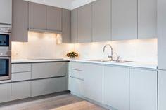 glazen spatwand - Google zoeken Kitchen Furniture, Cool Kitchens, Kitchen Design, Kitchen Cabinets, Interior, Lighting, Google, Home Decor, Home