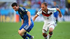 Lionel Messi of Argentina controls the ball against Benedikt Hoewedes of Germany Sunday, 13 July 2014 RIO DE JANEIRO, BRAZIL - JULY 13: Lionel Messi of Argentina controls the ball against Benedikt Hoewedes of Germany during the 2014 FIFA World Cup Brazil Final match between Germany and Argentina at Maracana on July 13, 2014 in Rio de Janeiro, Brazil. (Photo by Julian Finney/Getty Images) | www.dribblingman.com