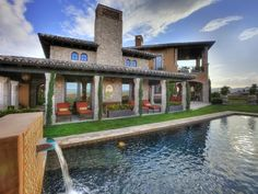 Soothing environment with this Tuscan backyard and comfortable seating area / patio #design #landscaping #pool
