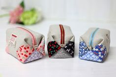 Cómo hacer bolsitas con retazos de tela ~ Solountip.com Sewing Hacks, Sewing Crafts, Sewing Projects, Fabric Bags, Fabric Scraps, My Style Bags, Japanese Quilts, Small Bags, Bag Making