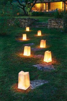 Chemin nocturne de photophores dans le jardin - Embellir un jardin avec les lumières d'extérieur - CôtéMaison.fr